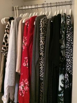 Rensa bland kläder i garderoben.